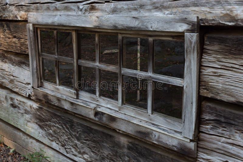 Vista obliqua della finestra di cabina lunga del ceppo in Great Smoky Mountains fotografia stock libera da diritti