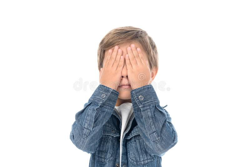 a vista obscurecida da coberta do rapaz pequeno eyes com mãos foto de stock royalty free
