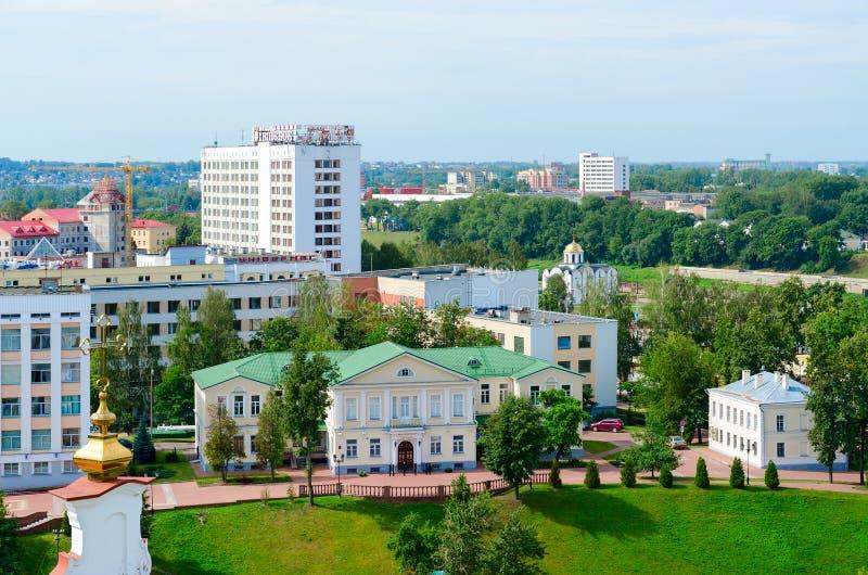 Vista op del teatro del burattino, del turista e del ` complesso dell'hotel di Vitebsk del ` dell'hotel, grande magazzino, chiesa immagine stock libera da diritti