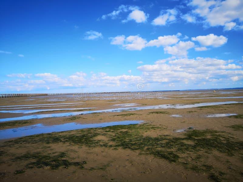 Vista orientale della spiaggia del parco della spiaggia con chiaro cielo blu fotografia stock