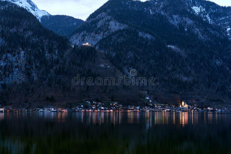 Vista original da aldeia da montanha famosa de Hallstatt nos cumes austríacos na noite Vista bonita no outro lado da costa fotos de stock