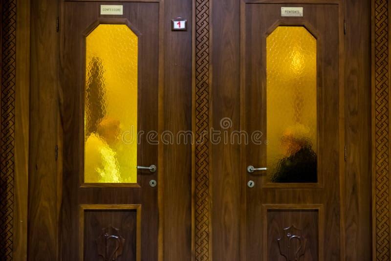 Vista orizzontale di un confessionale chiuso di legno con un Confesso immagini stock