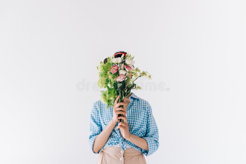vista oscurata del fronte della copertura della donna con il mazzo dei fiori fotografia stock