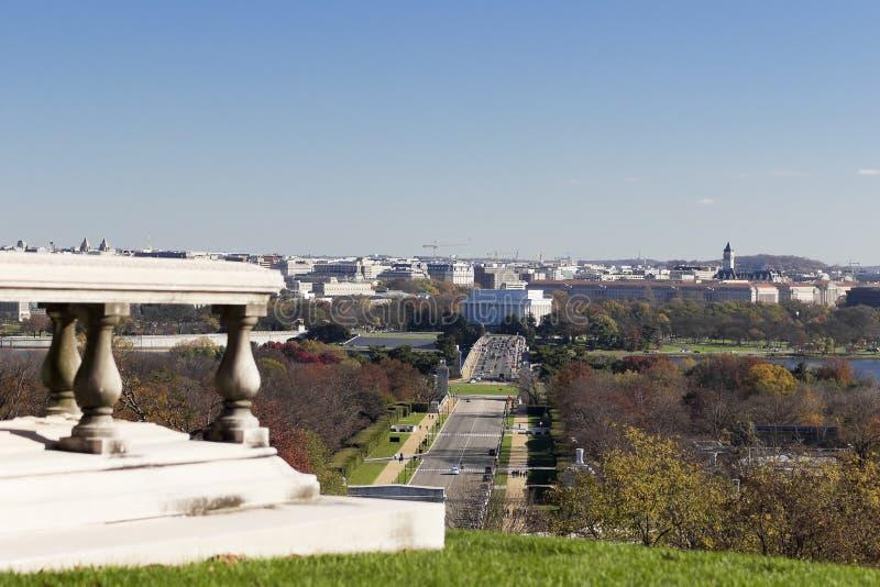 Vista outonal eastwards para Lincoln Memorial do túmulo de Pierre L ` Enfant no cemitério nacional de Arlington imagens de stock