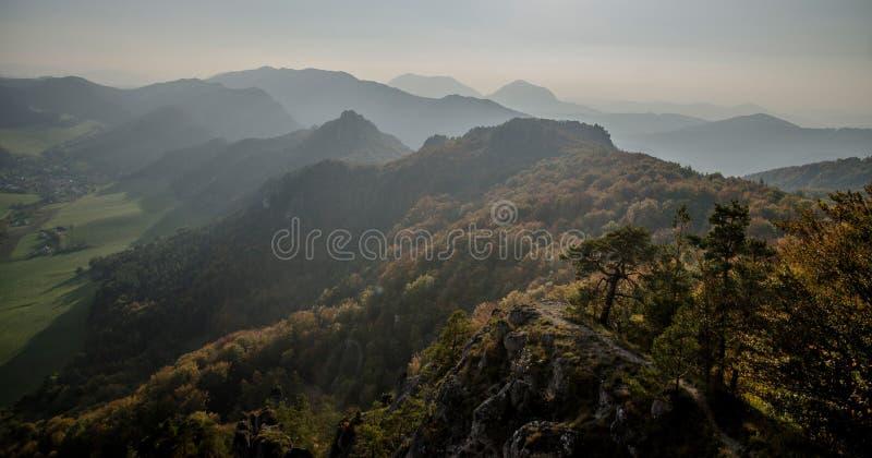 Vista outonal panorâmico das montanhas rochosas de Sulov - sulovske skaly - Eslováquia fotos de stock royalty free