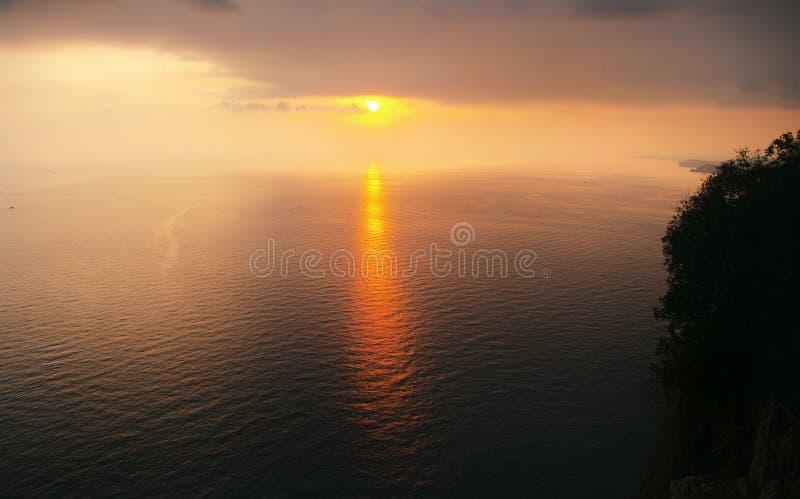 Vista pacífica de la puesta del sol y de la trayectoria del sol de los rayos del sol poniente fotos de archivo libres de regalías
