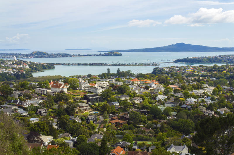 Vista a paesaggio ed all'isola urbani di Rangitoto dal Mt Hobson Auckland Nuova Zelanda fotografia stock