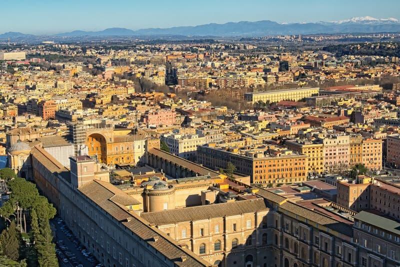 Vista a paesaggio urbano stupefacente di Roma dalla cima della basilica del ` s di St Peter della cupola Mattina di inverno roma  immagine stock