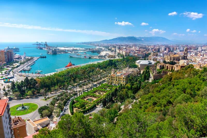 Vista panorámica aérea de la ciudad de Málaga, Andalucía, España en un día de verano hermoso con muchos puntos verdes del p imagenes de archivo