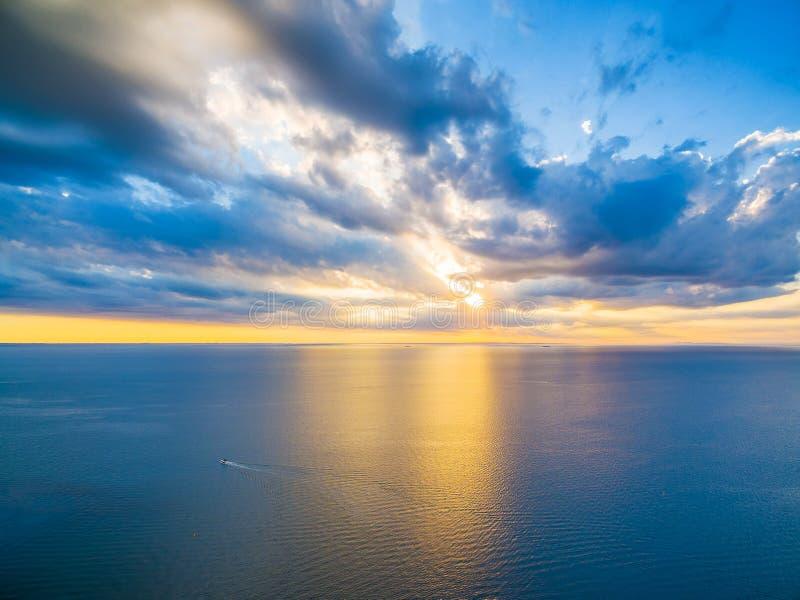 Vista panorámica aérea de la navegación sola del barco a través del océano en el bea imagen de archivo