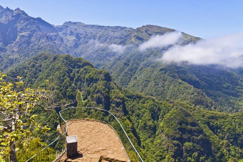 Vista panorámica aérea de montañas en la isla de Madeira, Portugal imagenes de archivo