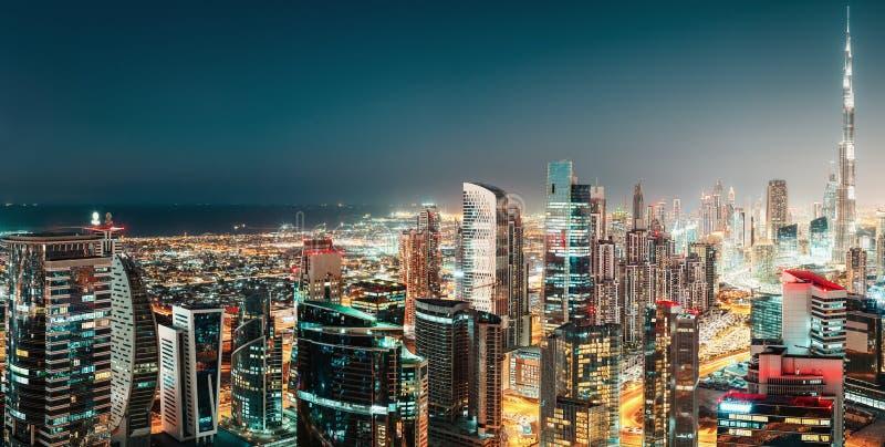 Vista panorámica aérea de una ciudad futurista grande por noche Bahía del asunto, Dubai fotografía de archivo