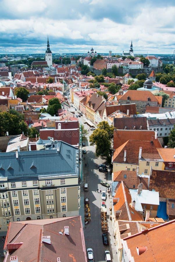 Vista panorámica aérea del centro y del estrecho viejos de ciudad de la ciudad de Tallinn fotografía de archivo