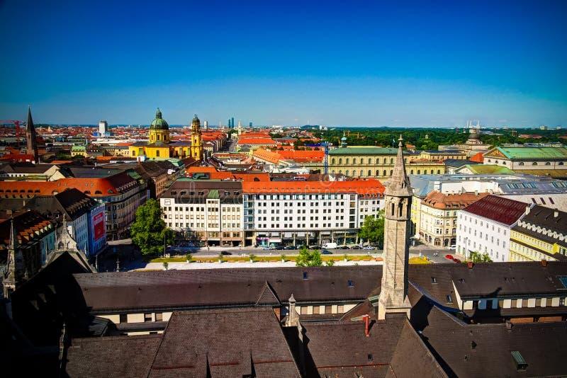 Vista panorámica aérea a la ciudad de Munich y al parque de Marienhof Kurt Eisner-Platz del Rathaus-Glockenspiel, Munich, Baviera imagenes de archivo