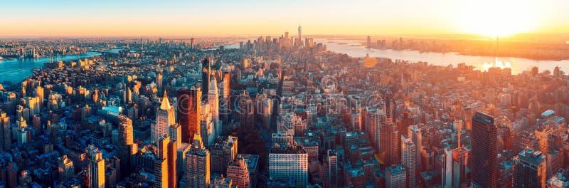 Vista panorámica aérea que sorprende de Manhattan con puesta del sol foto de archivo libre de regalías