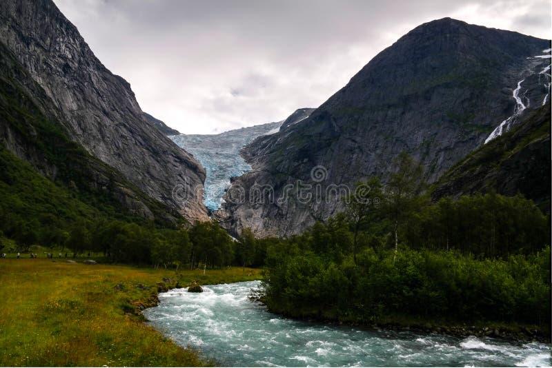 Vista panorámica al glaciar de Briksdal en Noruega fotos de archivo libres de regalías