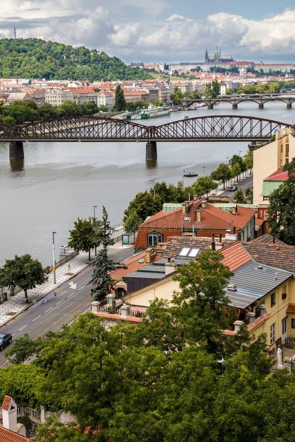 Vista panorámica al río de Praga y de Moldava imágenes de archivo libres de regalías