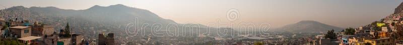 Vista panorámica amplia de Tlalnepantla de Baz y de Ciudad de México fotografía de archivo