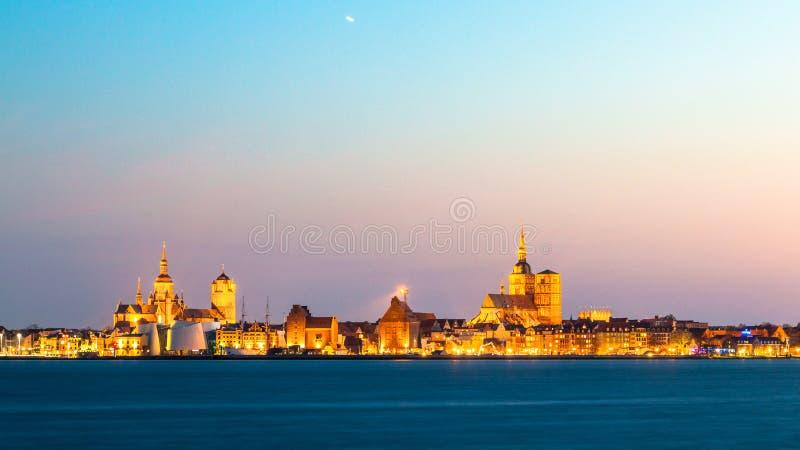 Vista panorámica clásica de la ciudad hanseática de Stralsund durante hora azul en la oscuridad imagen de archivo libre de regalías