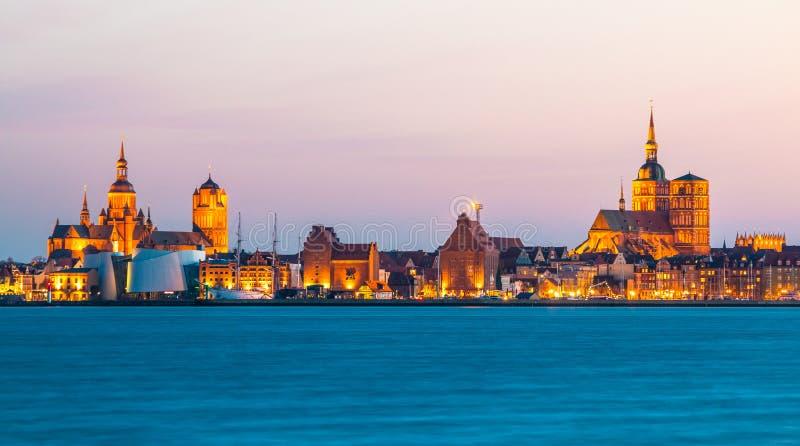Vista panorámica clásica de la ciudad hanseática de Stralsund durante hora azul en la oscuridad fotos de archivo libres de regalías