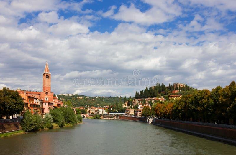 Opinión del río de Verona el Adigio hacia Castel San Pedro imágenes de archivo libres de regalías