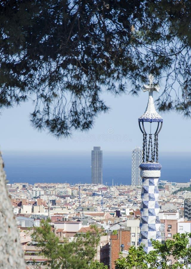 Vista panorámica de Barcelona del parque Guell en un día de verano en España Vista superior del paisaje urbano pintoresco de Barc imagen de archivo libre de regalías