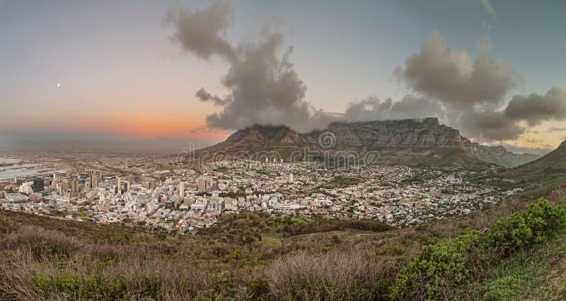 Vista panorámica de Ciudad del Cabo en la oscuridad fotos de archivo