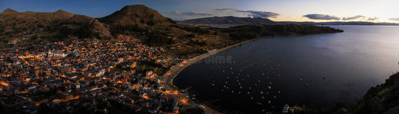 Vista panorámica de Copacabana del Cerro Calvario, Copacabana, el lago Titicaca, Bolivia imagenes de archivo