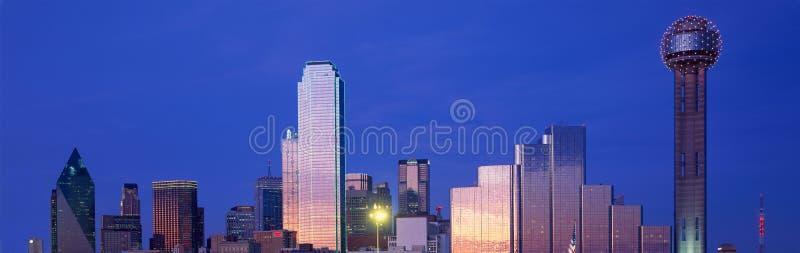 Vista panorámica de Dallas, horizonte de TX en la noche con la torre de la reunión imagen de archivo libre de regalías