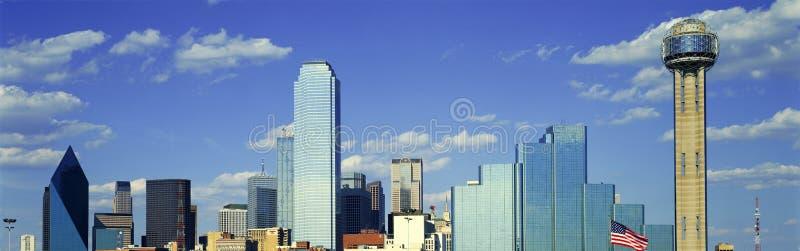 Vista panorámica de Dallas, horizonte de TX en la puesta del sol con la torre de la reunión fotografía de archivo