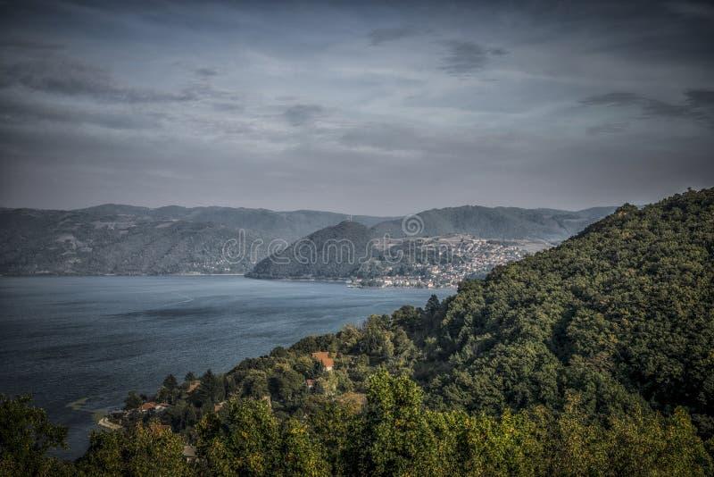 Vista panorámica de Danubio y de Donji Milanovac fotografía de archivo