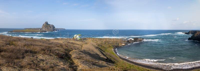 Vista panorámica de DOS Tubarões de Enseada de la ensenada de los tiburones y opinión secundaria de las islas - Fernando de Noro foto de archivo