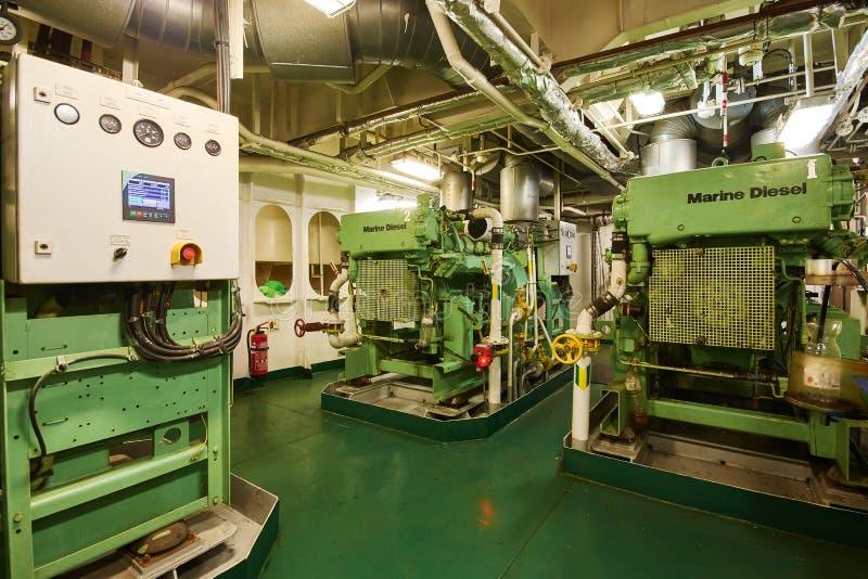 Vista panorámica de generadores diesel marinos en un buque mercante en la sala de máquinas imagen de archivo libre de regalías