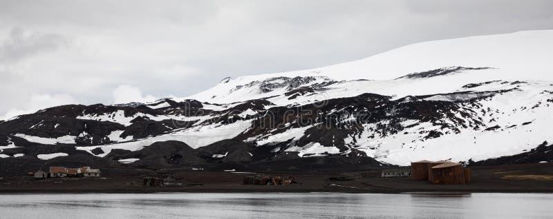 Vista panorámica de la antigua estación y cabaña de balleneros abandonados, bahía de balleneros, isla de engaño, antártica imagen de archivo