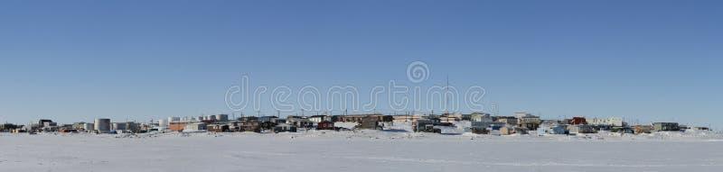 Vista panorámica de la bahía de Cambridge, Nunavut, comunidad ártica septentrional lejana, durante un día de invierno soleado fotografía de archivo