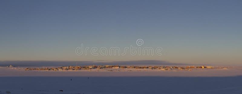 Vista panorámica de la bahía de Cambridge, Nunavut, comunidad ártica septentrional lejana, durante una salida del sol de la madru imagenes de archivo