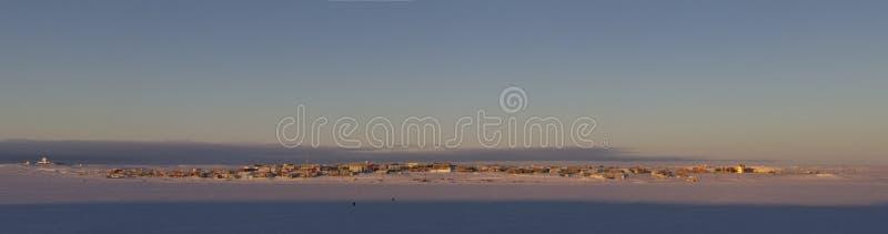 Vista panorámica de la bahía de Cambridge, Nunavut, comunidad ártica septentrional lejana, durante una salida del sol de la madru imagen de archivo