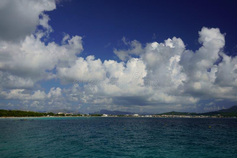 Vista panorámica de la bahía del ` Alcudia, Mallorca, España de Alcudia, de Playa de Muro, de la playa de Alcudia y del puerto d imagenes de archivo