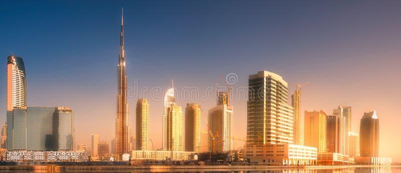 Vista panorámica de la bahía del negocio de Dubai, UAE imagen de archivo
