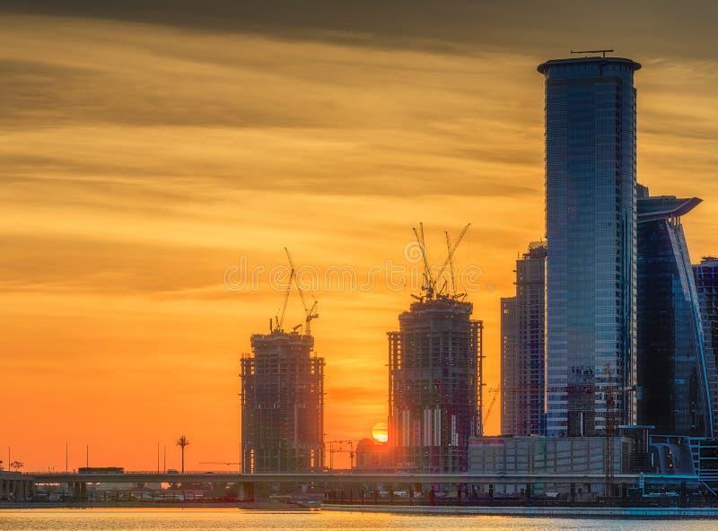 Vista panorámica de la bahía del negocio y centro de la ciudad de Dubai en la puesta del sol, UAE foto de archivo