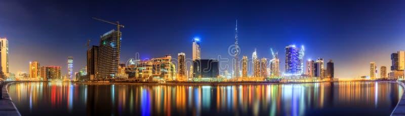 Vista panorámica de la bahía y del centro de la ciudad de Dubai, reflexión del negocio en un río, UAE imagen de archivo