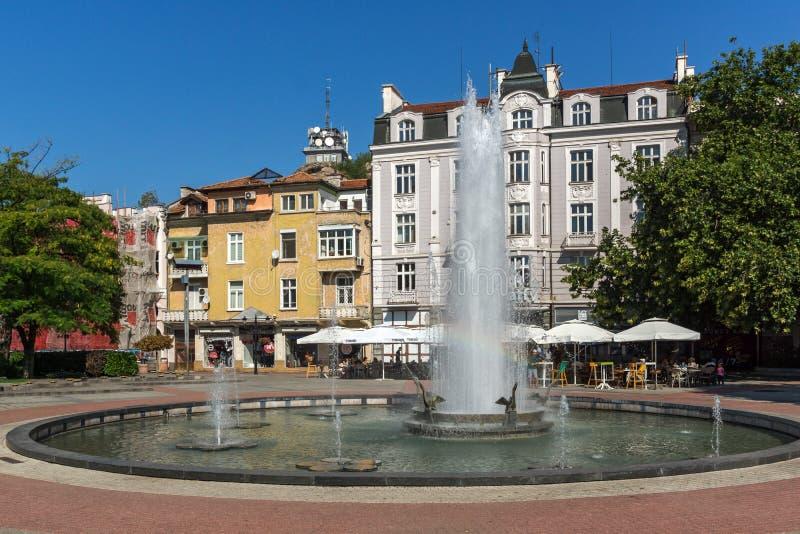 Vista panorámica de la calle del quintal y de la fuente delante del ayuntamiento en la ciudad de Plovdiv, Bul imágenes de archivo libres de regalías