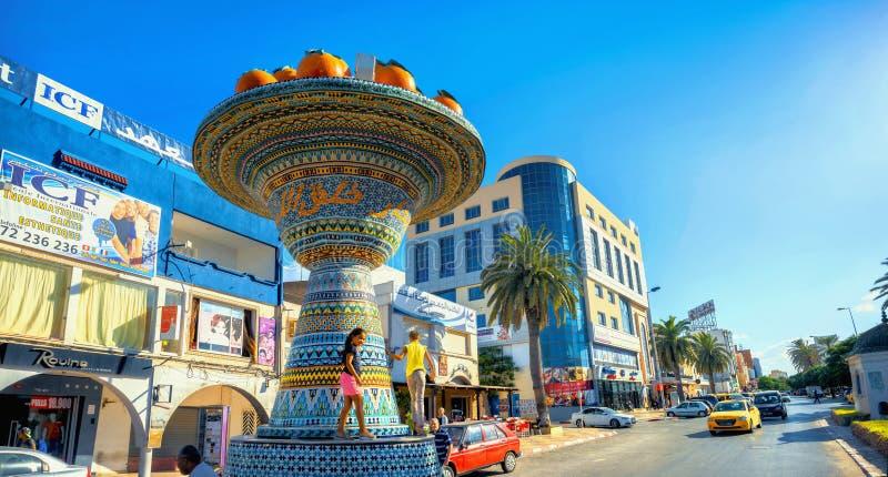 Vista panorámica de la calle y del camino con la escultura de cerámica del arte en Nabeul Túnez, África del Norte foto de archivo