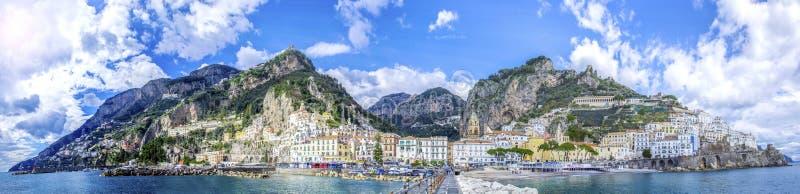 Vista panorámica de la ciudad de Amalfi en costa en Italia foto de archivo