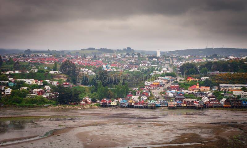 Vista panorámica de la ciudad de Castro, con sus casas de madera tradicionales en los zancos fotos de archivo