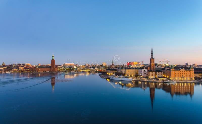 Vista panorámica de la ciudad de Estocolmo en el amanecer, reflejada sobre el agua congelada imagen de archivo