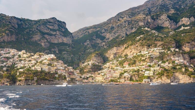 Vista panorámica de la ciudad de Positano en sol de la tarde imagenes de archivo