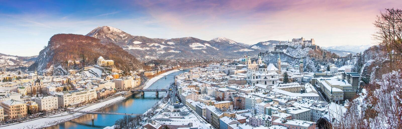 Vista panorámica de la ciudad de Salzburg en invierno, Austria fotos de archivo