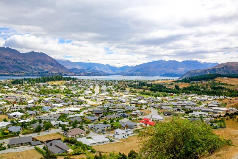 Vista panorámica de la ciudad de Wanaka del lago En alguna parte en Nueva Zelandia imágenes de archivo libres de regalías