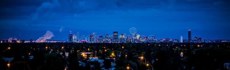 Vista panorámica de la ciudad en la noche fotografía de archivo